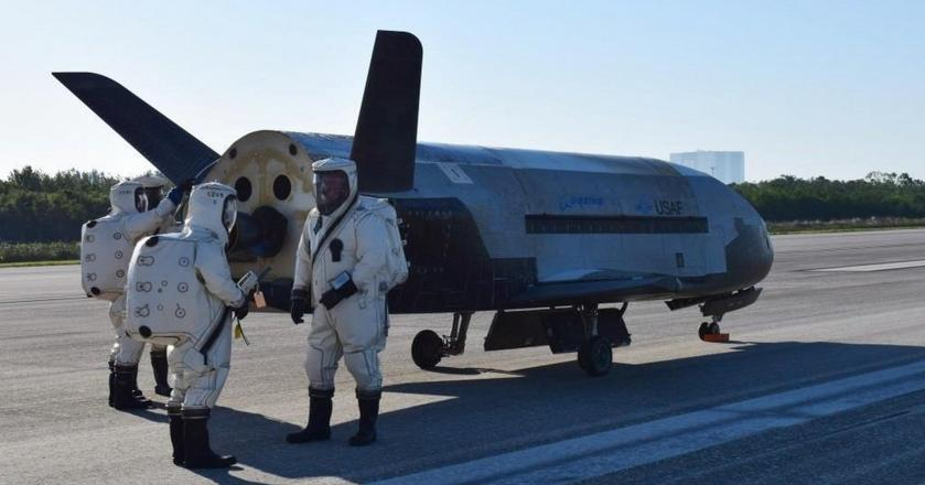 Air Force X-37B Orbital Test Vehicle po lądowaniu 7 maja na Przylądku Canaveral