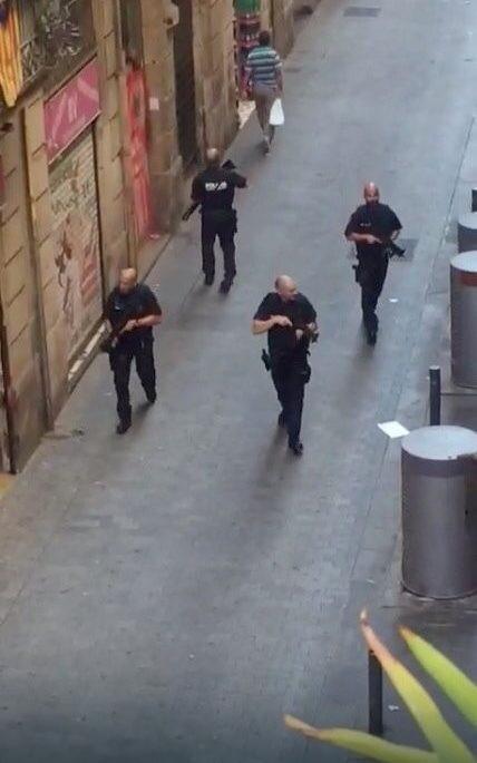 Ulicom marširaju kordoni policajaca