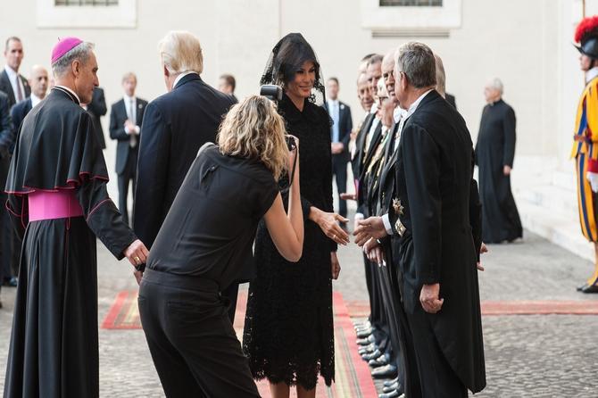Slika koja obilazi svet: Stil Melanije i Ivanke u Vatikanu pod LUPOM!