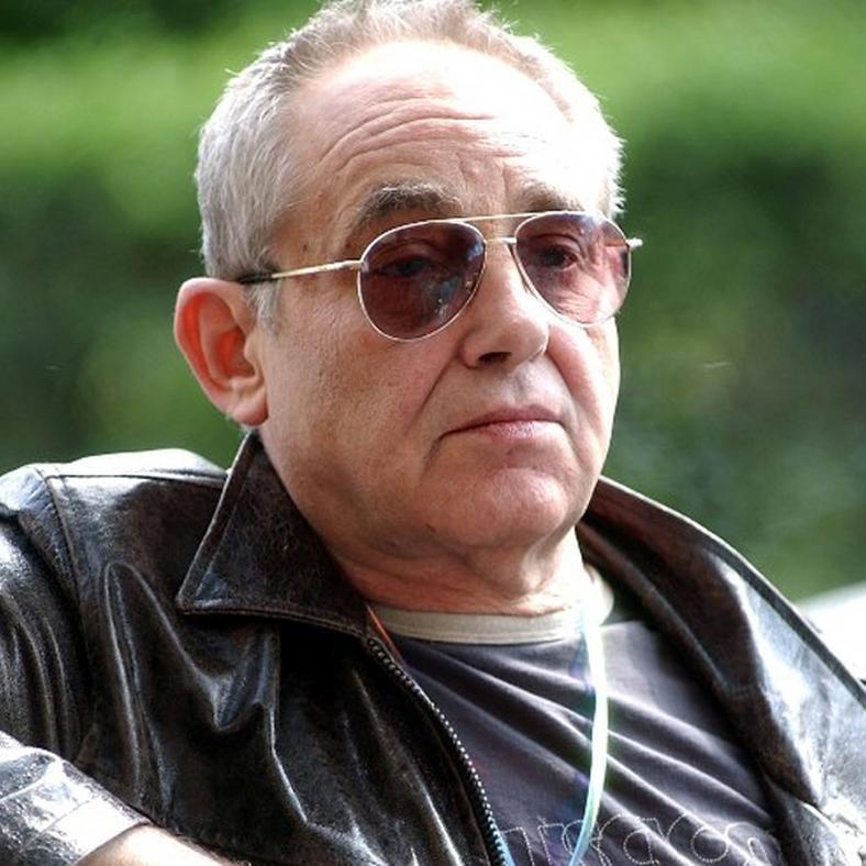 71 éves korában elhunyt Hollósi Frigyes. A Nemzeti Színház és a Katona  József Színház saját halottjának tekinti az elhunyt művészt. 9efc8abea6