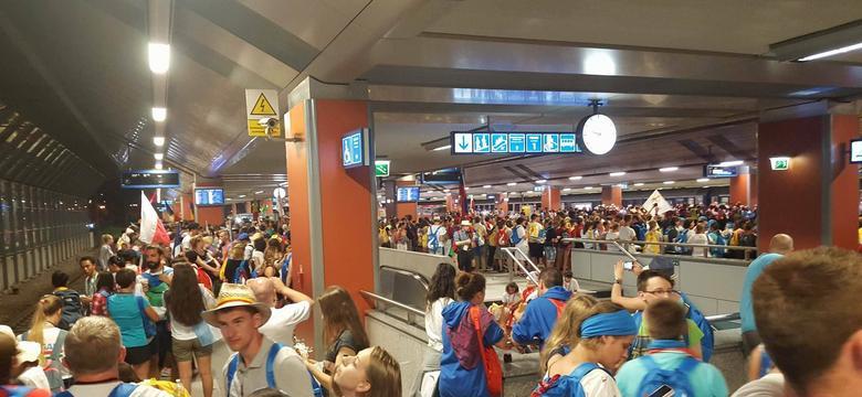 ŚDM 2016: Tłumy na dworcu i w pociągach. 10 pielgrzymów w szpitalu