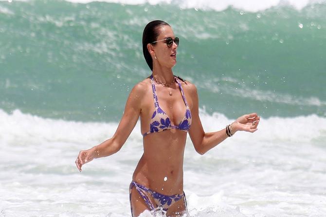 Brazilska lepotica definitivno ima SILIKONE: Fotografije kao KLJUČNI DOKAZ!