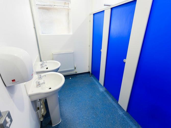 Koliko god da vam je hitno: Ako primetite OVU STVAR u javnom toaletu, BEŽITE IZ NJEGA