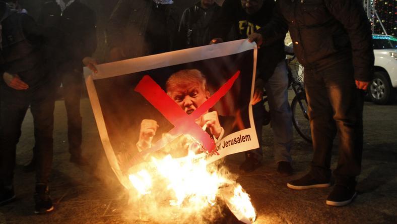 Trump-képeket égetnek: hatalmas balhé lett az elnök bejelentéséből
