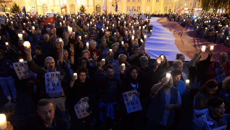 """Manifestacja """"Łańcuch światła"""" przed siedzibą Sądu Najwyższego w Warszawie - 25 lipca 2017"""