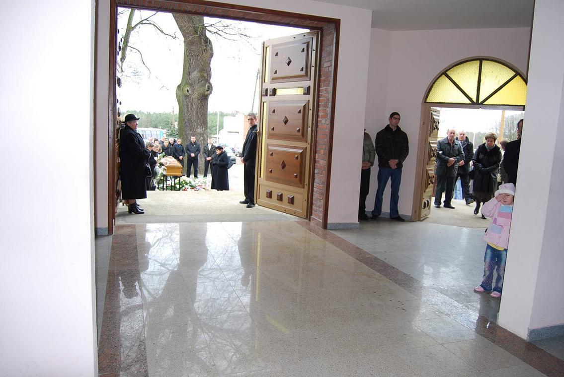 W trakcie pogrzebu Daniela część ludzi wyszła z kościoła i stanęła przy jego trumnie. Fot. Archiwum prywatne