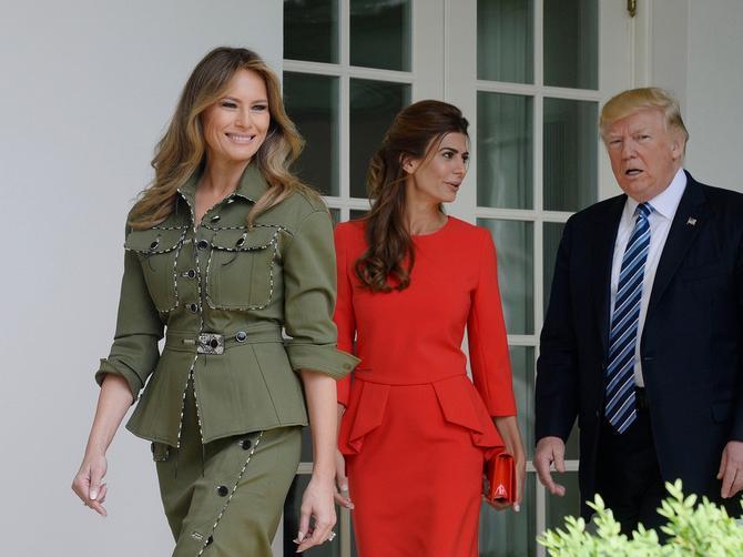 Žena u crvenom je najopasnija pretnja za Melaniju: Prelepa brineta ima JAKE adute u svojim rukama!