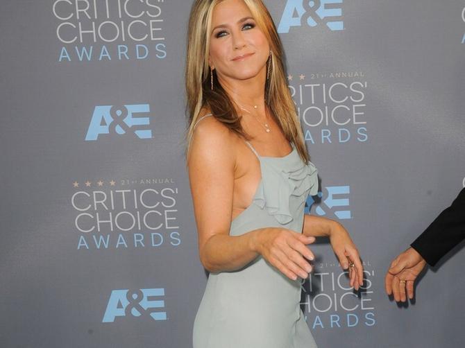 Svi znamo kakva je Dženifer Aniston sa šminkom. A bez šminke...