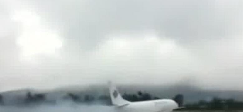 Indonezja: awaryjne lądowanie samolotu Boeing 737