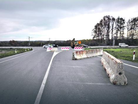 Posle nesreće, policijski automobil čuva ulaz na neotvoreni deo autoputa