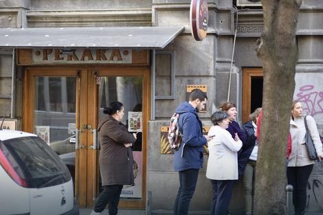 Porodica i radnici ispred pekare