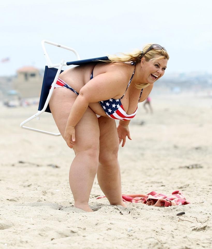 Beauteous plumper Taylor Steele denudes fat boobs from bikini on the beach № 28624  скачать