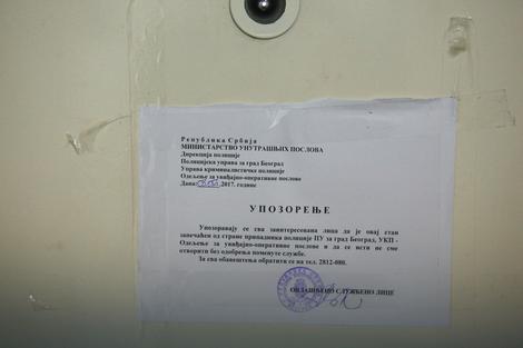 Obaveštenje MUP-a na zapečaćenim vratima