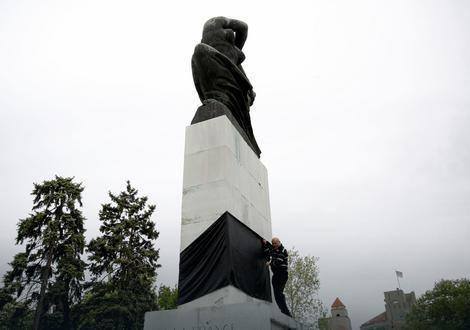 Crno platno oko spomenika