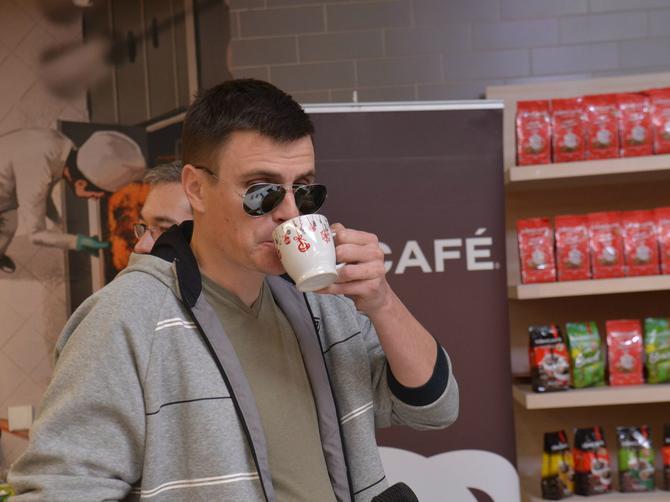 """Vuk Kostić uživao u tradicionalnoj kafi sa ukusom kakaa i cimeta u """"Maxi Alonso"""""""