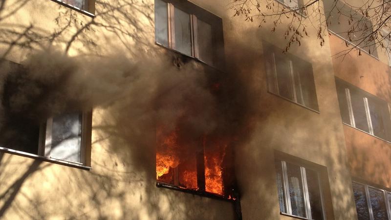 Kigyulladt egy épület a fővárosban, egy ember meghalt