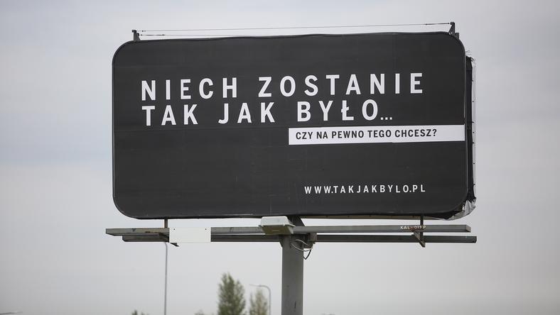 """Billboard z napisem """"Niech zostanie tak jak było. .."""" przy alei Wojska Polskiego w Kaliszu"""