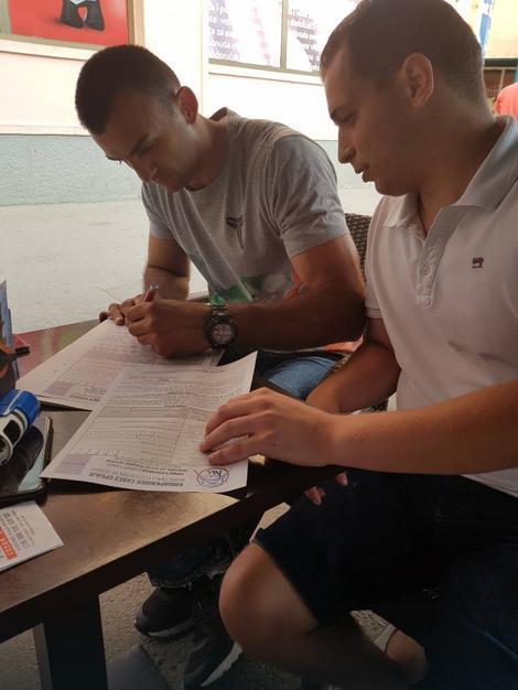 Šikman potpisuje pristupnicu za KK Prokuplje u društvu Čedomira Vukovića, sportskog direktora kluba