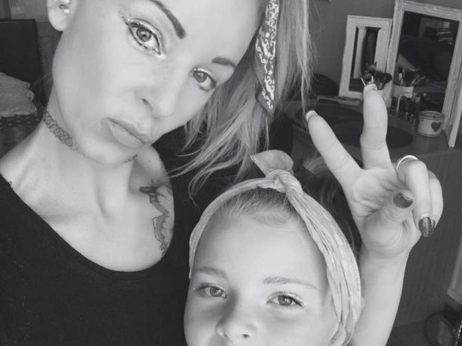 Seksi mama tvrdi da ljudi misle da je sestra bliznakinja svoje devetogodišnje ćerke!