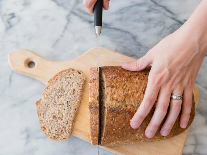 Da li i vi hleb sečete OVAKO? Grešite u dve stvari, evo i koje