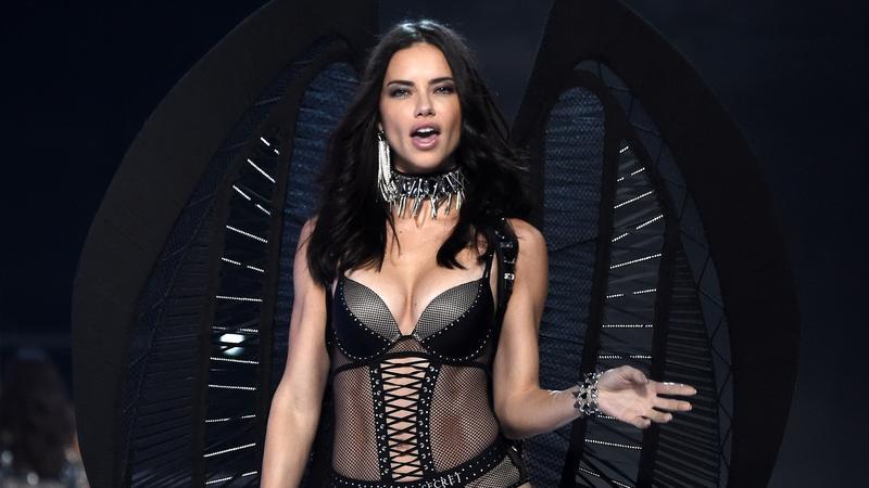 Victoria s Secret - Őrületesen szexi fehérneműkben pózolnak Kínában a világ  legszebb modelljei 177bbb4962