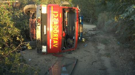 Cisterna udarila u službeno opštinsko vozilo se skotrtljala se niz obalu