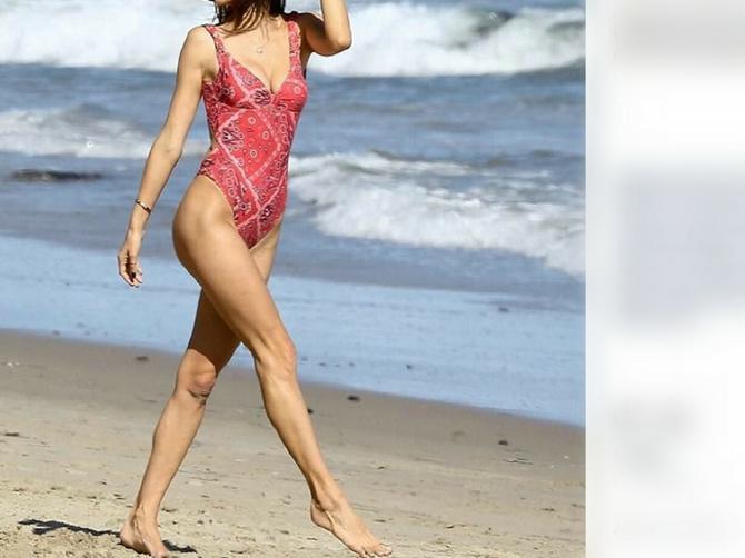 Ova seksi mama na telu nema ni MRVICU CELULITA: Kad se okrenula, od prizora su svi POCRVENELI