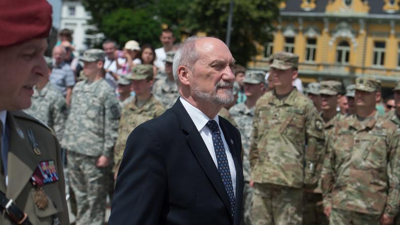 Macierewicz dostał honorową odznakę GROM. Rozpętała się burza