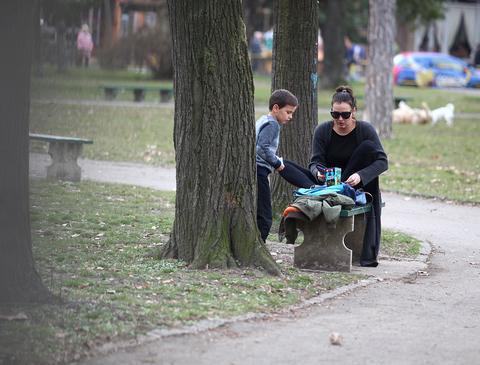 EKSKLUZIVNI PAPARACO! Prve slike sina: Rada Radenović u šetnji sa sinom Petrom
