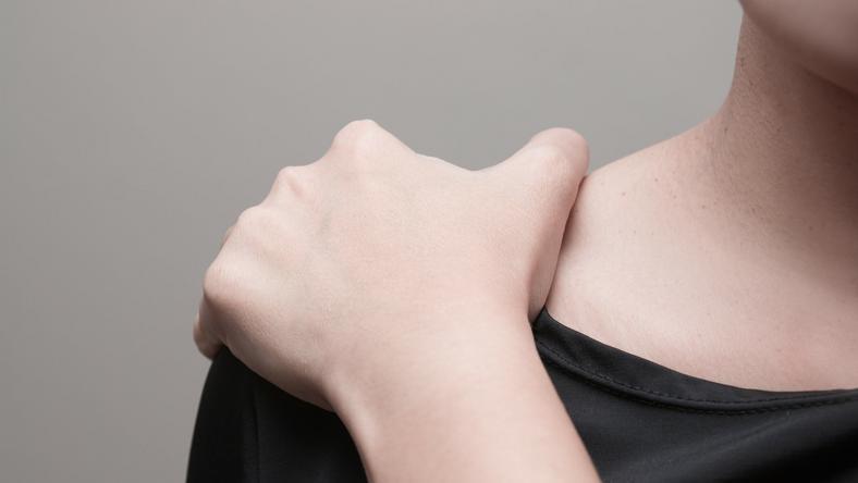 A vállfájdalom is lehet az egyik tünete Fotó: iStock