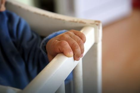 Ko će ovu malenu ruku uzeti u svoju?
