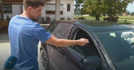 Jedan od mladića pokazuje uništeni automobil