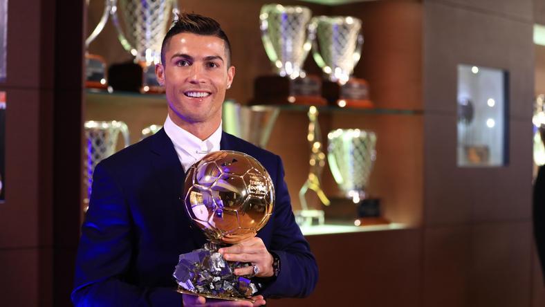 Ronaldo eladományozta egyik Aranylabdáját – beteg gyerekeket segít vele