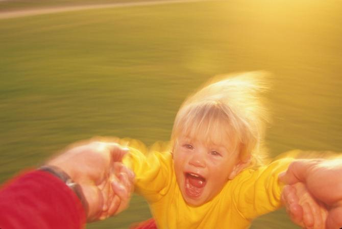 Bebe i deca uživaju u nošenju, ljuljanju, skakutanju, vrtenju