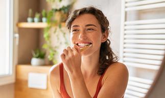 90 proc. Polaków ma próchnicę. Jak nauczyć się dbać o zęby? Zadbaj o oddech. Najczęstsze przyczyny nieświeżego oddechu