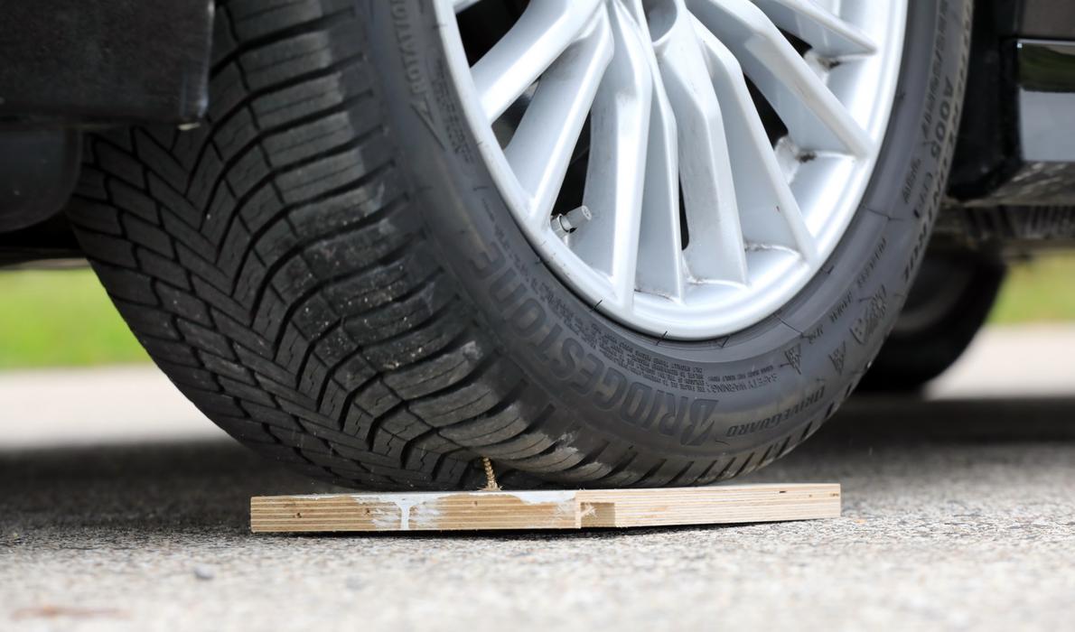 Bridgestone z technologią DriveGuard: uszkadzasz oponę i... jedziesz dalej