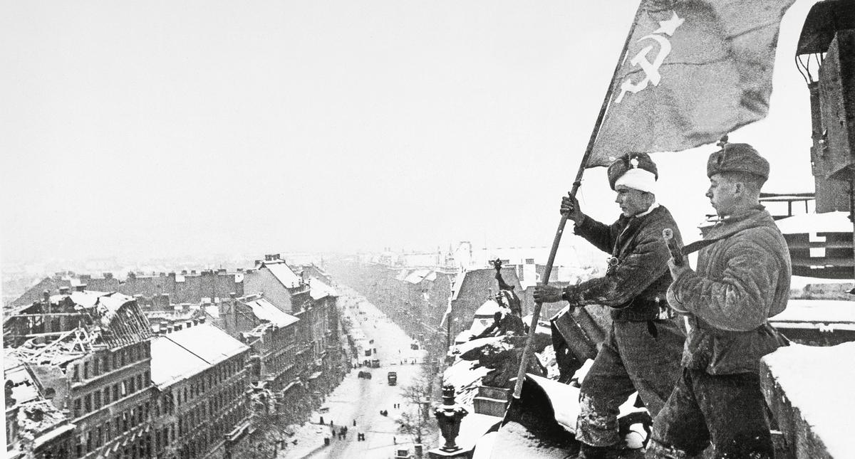 WW II, Budapest, Russian Flag / Photo / 1945