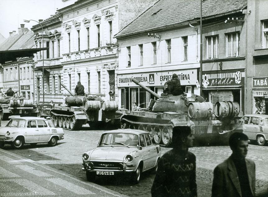 Polskie czołgi na ulicach Jičína w Czechosłowacji, sierpień 1968 roku.