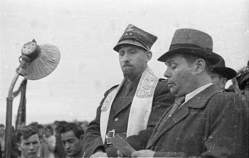 Rabin Dawid Kahane (z lewej) i Adolf Berman na pogrzebie ofiar pogromu kieleckiego.