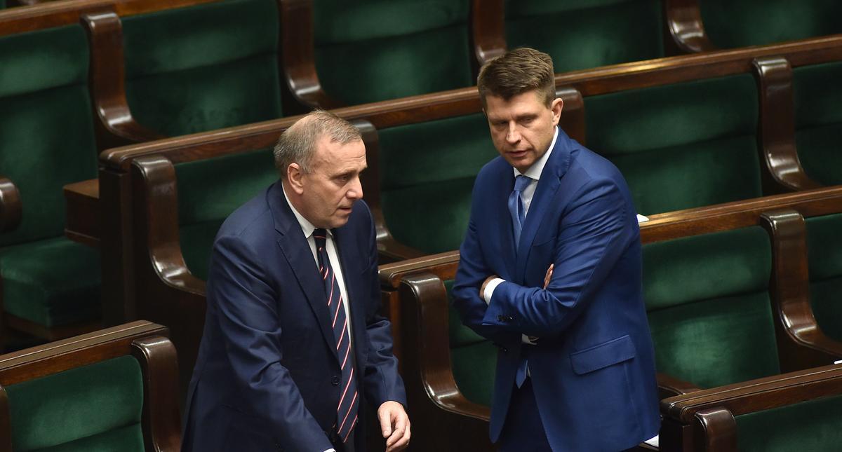 poslowie opozycji blokuja mownice w gescie solidarnosci przeciwko wykluczeniu posla Szczerby (PO) z