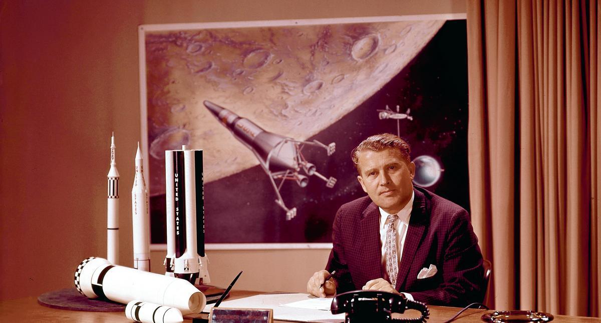 Wernher von Braun za swoim biurkiem.