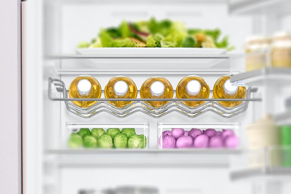 Jeszcze więcej miejsca w lodówce. Półka na butelki System organizacji przestrzeni wewnątrz lodówek Samsung to rozmaite rozwiązania dające Ci łatwy dostęp do przechowywanych pokarmów i napojów. Metalowa, specjalnie wyprofilowana półka na wino, to idealne miejsce do zagospodarowania swoich ulubionych napojów butelkowych.