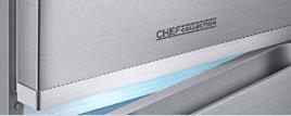 Podświetlony uchwyt Najwyższej jakości srebrne wykończenie i podświetlany uchwyt Ice Blue wnoszą profesjonalny styl i elegancję. Oświetlenie jest nie tylko nowoczesnym elementem dekoracyjnym - ułatwia także dotarcie do lodówki po ciemku.