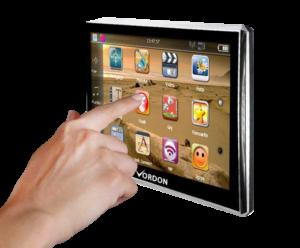 Podłącz i jedź! Urządzenie nie może być łatwiejsze w obsłudze - wystarczy je podłączyć i dotknąć ekranu. Z intuicyjnym interfejsem bardzo szybko wyruszysz w trasę.