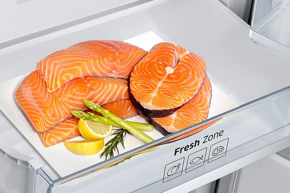 Idealne warunki przechowywania. Szuflada Fresh Zone Specjalnie zaprojektowana szuflada Fresh Zone zapewnia idealne warunki do przechowywania mięsa i ryb. Gwarantuje zachowanie optymalnej temperatury, która utrzymuje dłużej świeżość i smak produktów oraz ich wartości odżywcze.