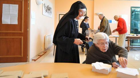 Zakonnica z domu opieki w Solesmes pomaga podopiecznej oddać głos w wyborach - JEAN-FRANCOIS MONIER/AFP