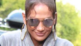 Jennifer Lopez w szlafroku. Uwagę przykuwają także buty wokalistki