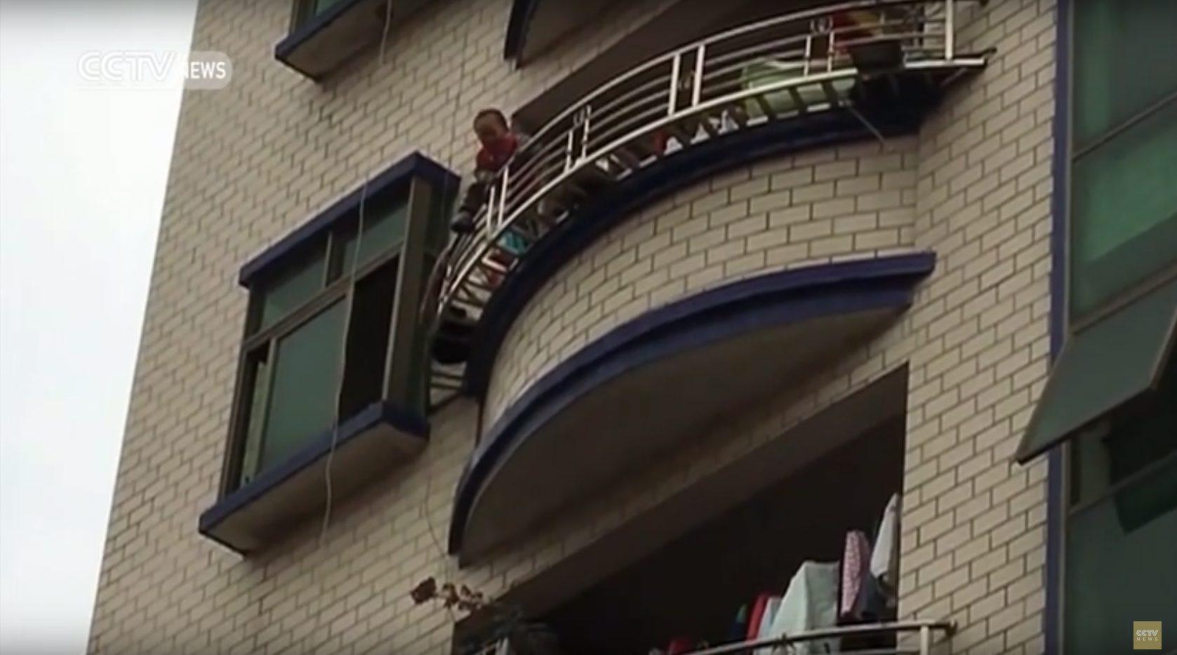 Chiny Szokujące Nagranie Dziecko Spadło Z 5 Piętra