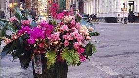 Cvećem protiv tuge: Njujorški umetnik buketima ulepšava najneobičnija mesta