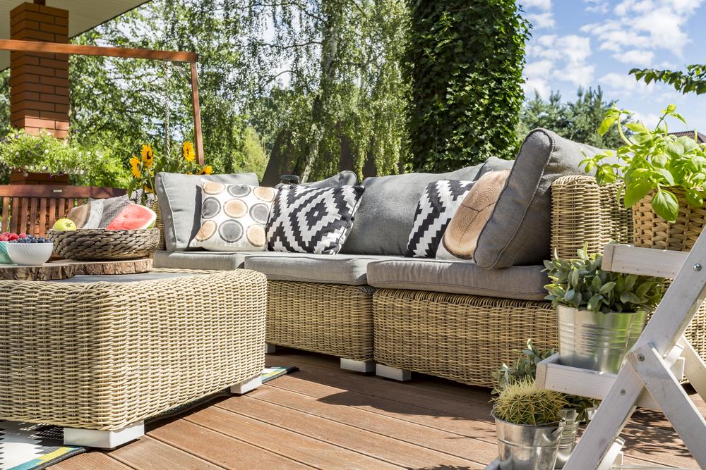 Почему выбирают мебель из ротанга для террасы